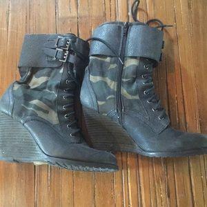 Wedge combat boot